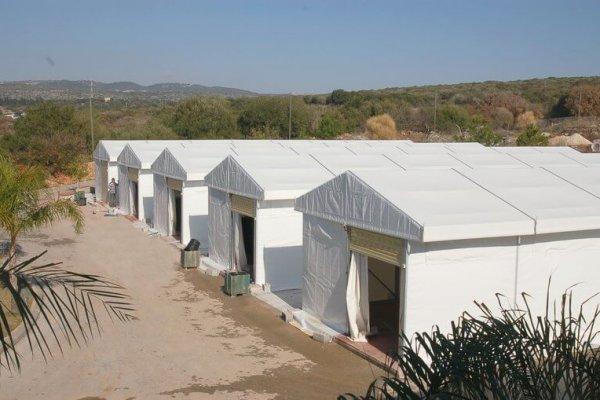 אוהל קונסטרוקציה להצללת וסגירת שטחי תפעול במבנים תעשייתיים